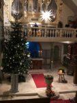 Heiligabend in der Jakobuskirche mit Blick auf die Orgel und Weihnachtsbaum